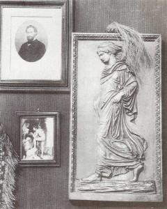 Bas-relief de Gradiva sur le mur du cabinet de Sigmund Freud.